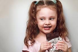 Ребенок с шоколадом