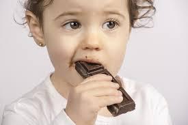 Ребенок кушает шоколад