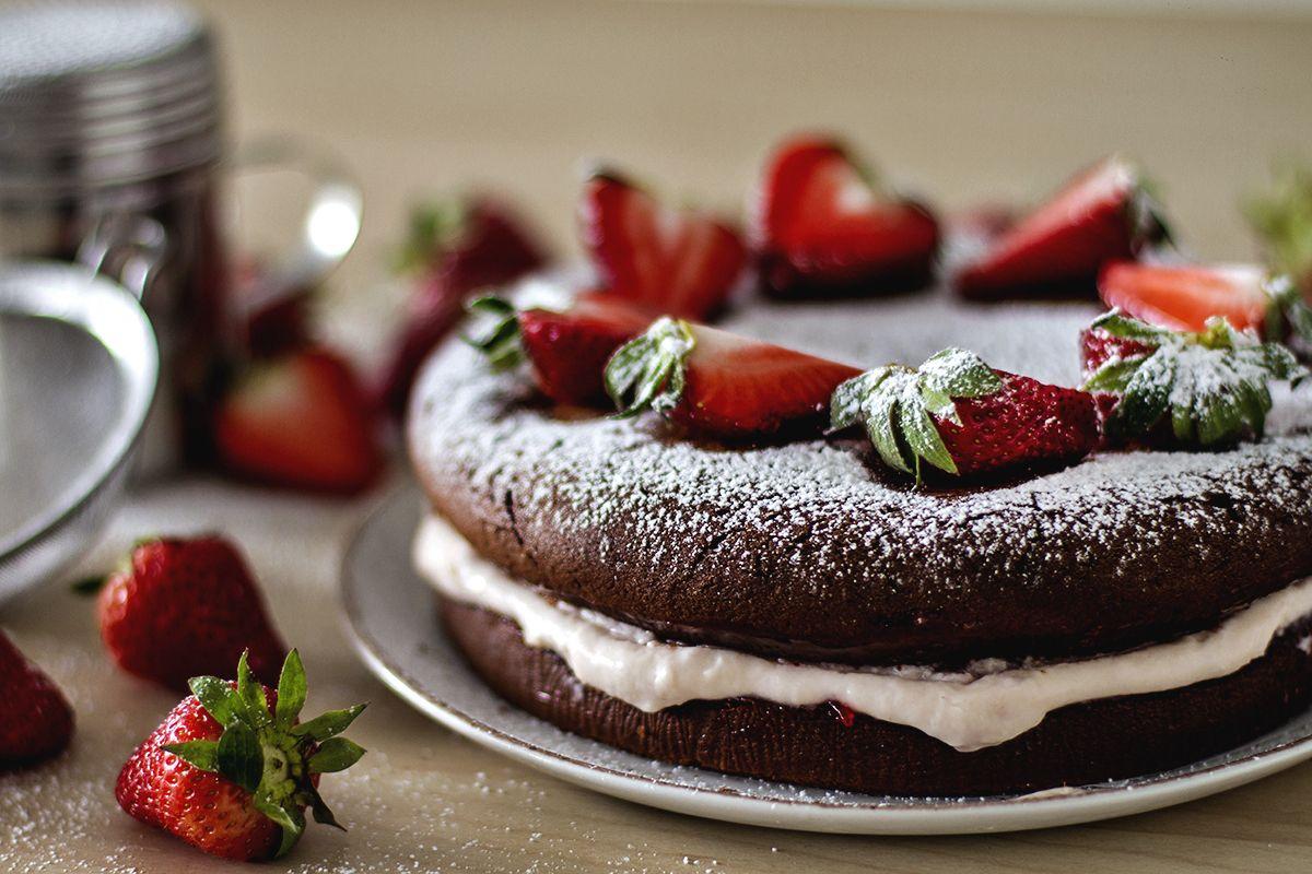 Шоколадный торт с ягодами клубники и маскарпоне