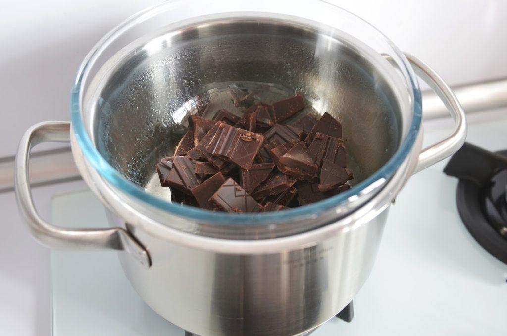 растапливают шоколад