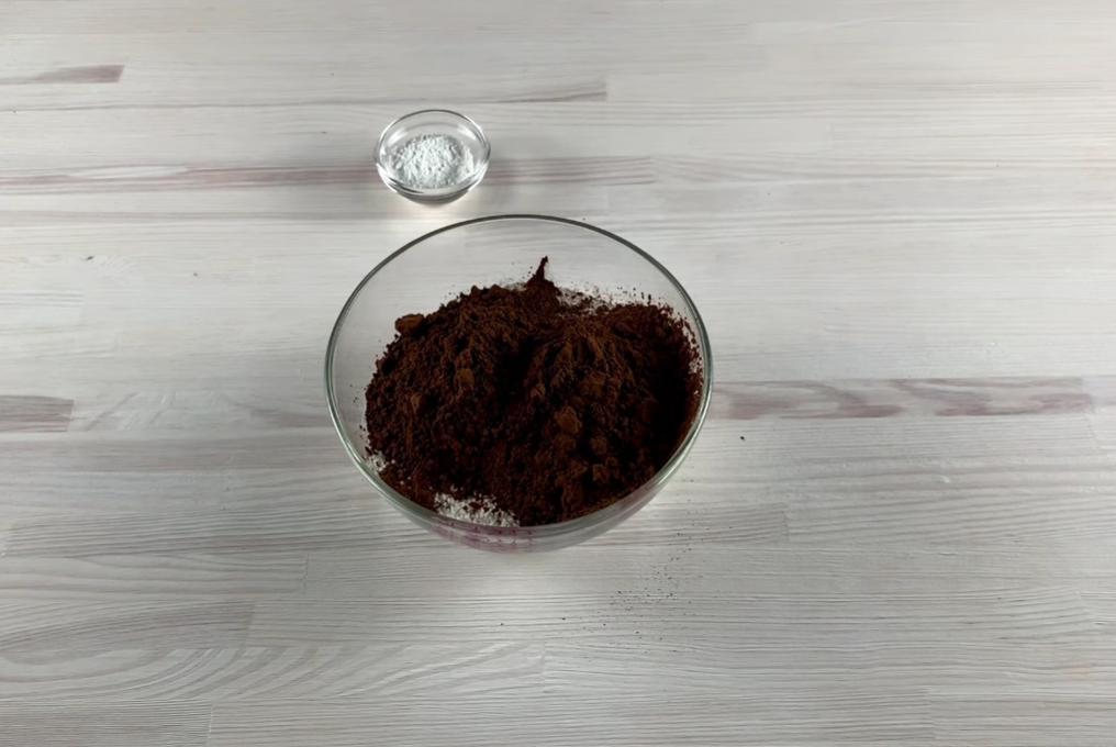 соединяем муку с какао и разрыхлителем