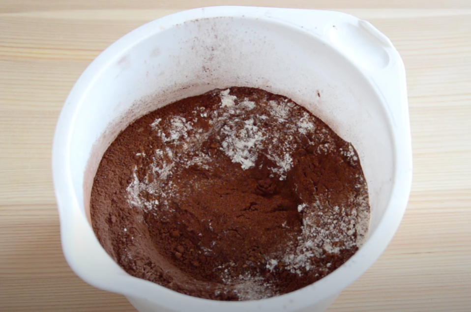 просеиваем муку и какао