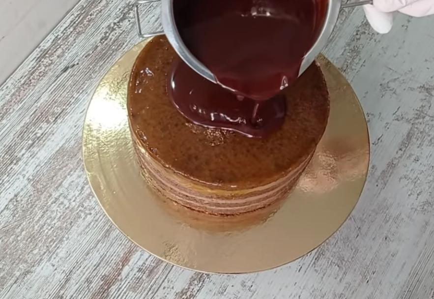 полить торт глазурью