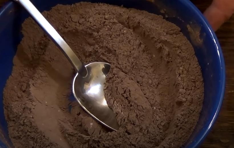 Смешивают в миске муку, крахмал, какао