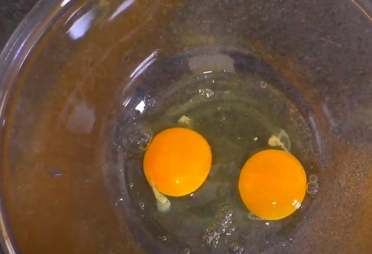 Взбивают яйца